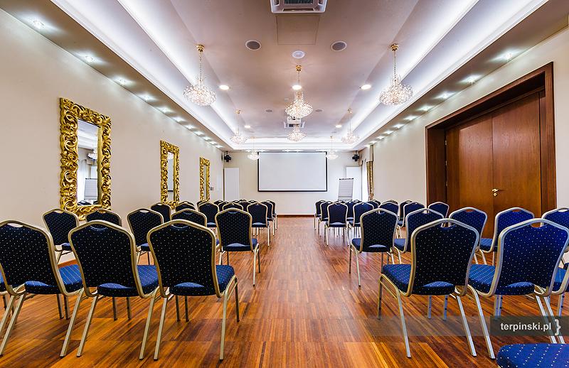 Zdjęcia zdjęciowa wnętrza hotelu sala bankietowa z krzesłami