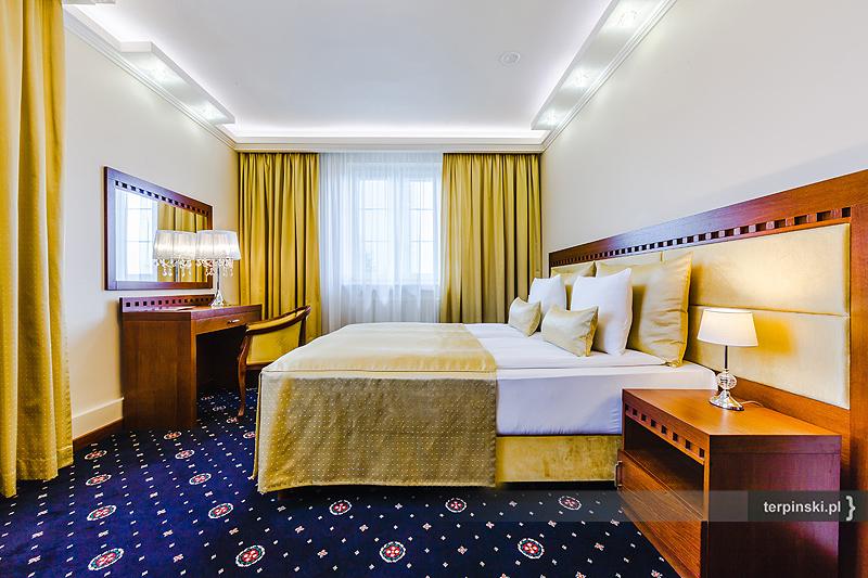 Fotografia reklamowa wnętrza hotelu pokój z łóżkiem