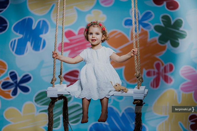 Foto rodzinne dziewczynka na huśtawce