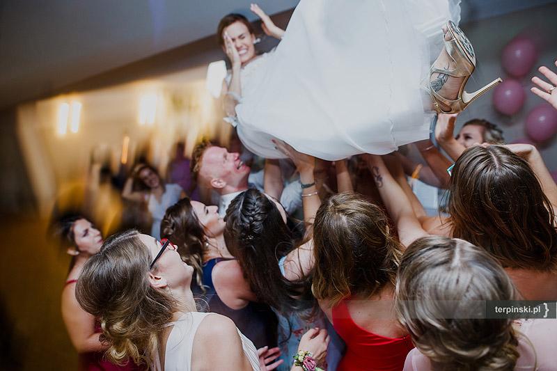 Zdjęcia ślubne zabawa na sali