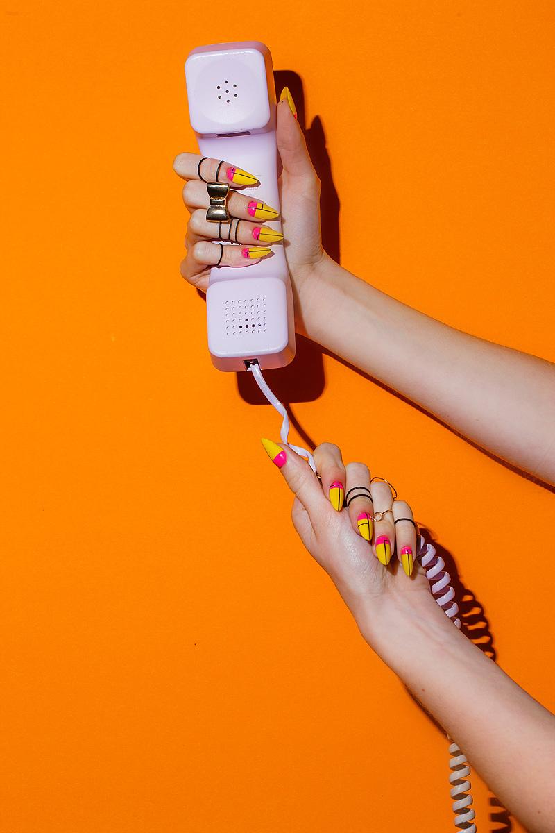 sesja produktowa - kolorowe paznokcie i telefon