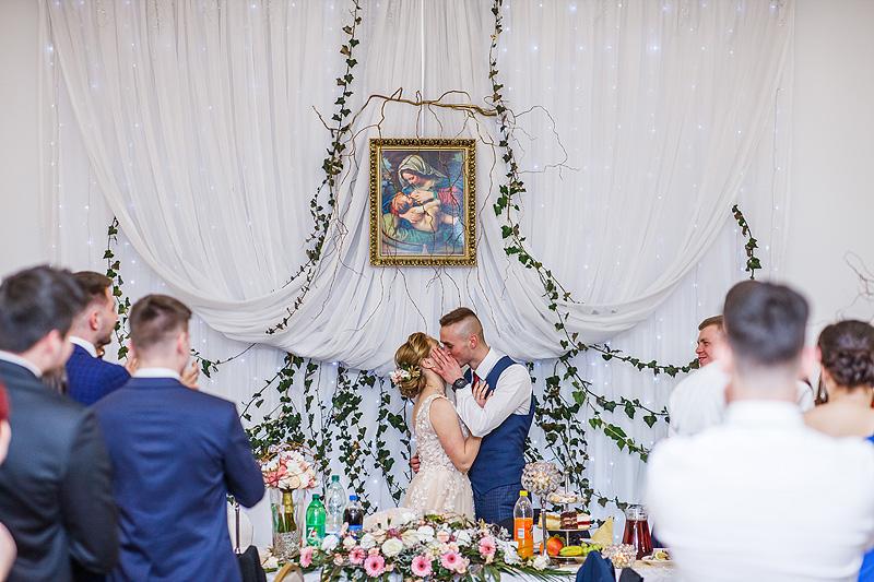 Fotografia ślubna zabawa pocałunek