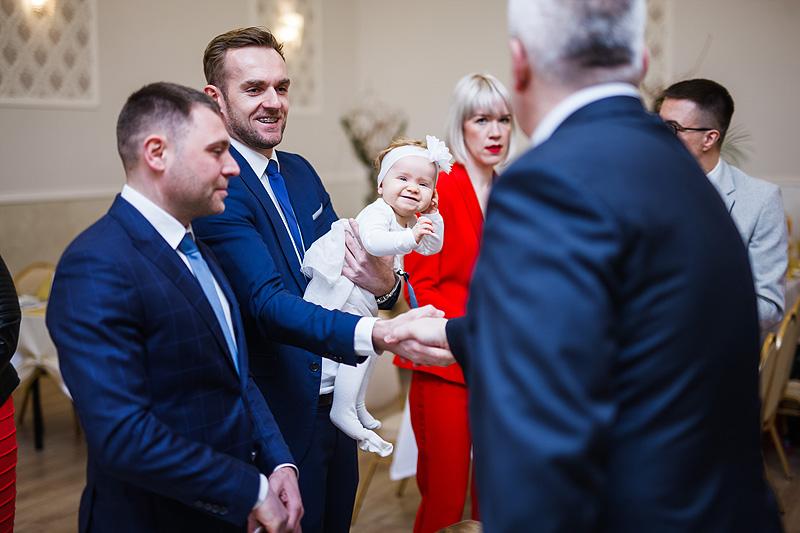 zdjęcia ślubne goście zabawa