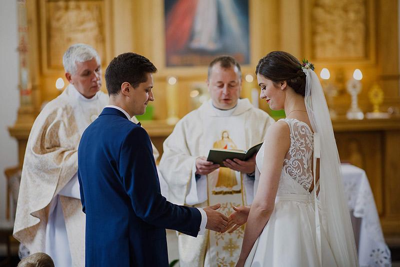 Sesja z ceremonii ślubnej, w kościele przysięga