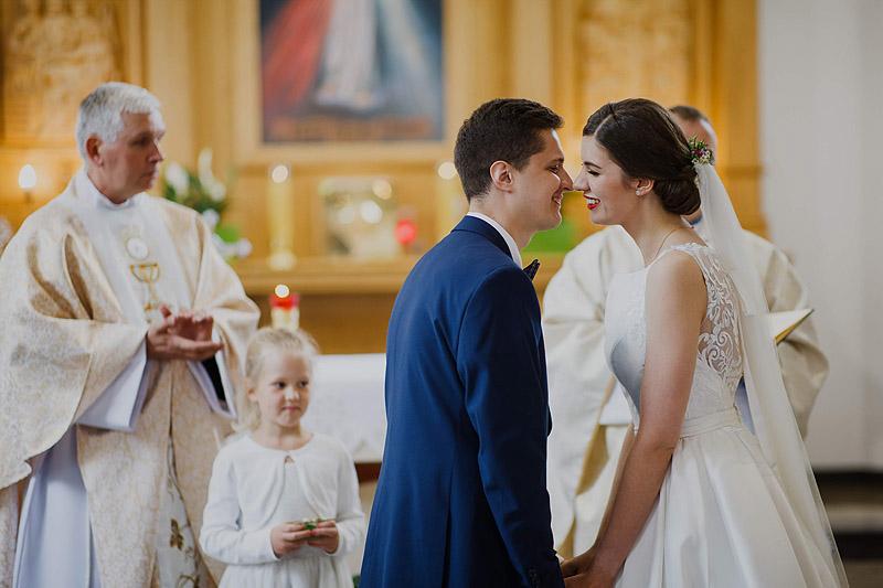 Fotografia ślubna w kościele przysięga i pocałunek