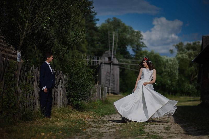 Plener ślubny skansen suknia ślubna