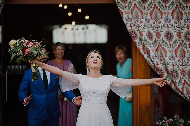 Pani młoda na weselu kwiaty