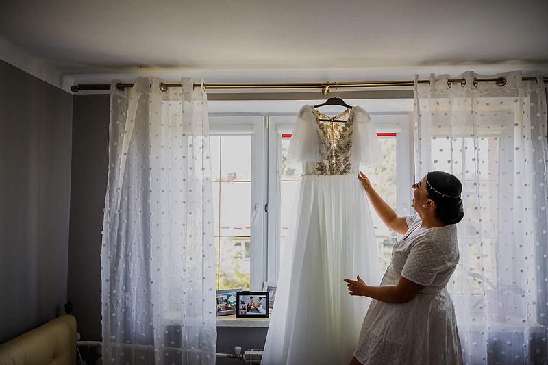 Przygotowania ślubne u Pani młodej w domu skuknia