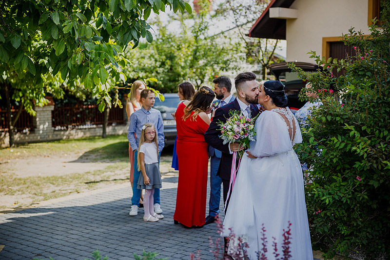 Przygotowania ślubne u Pani młodej całusy