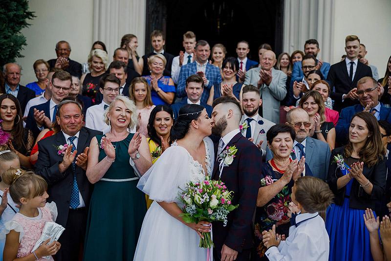 Ceremonia ślubna w Żołyni wyjścia z kościoła